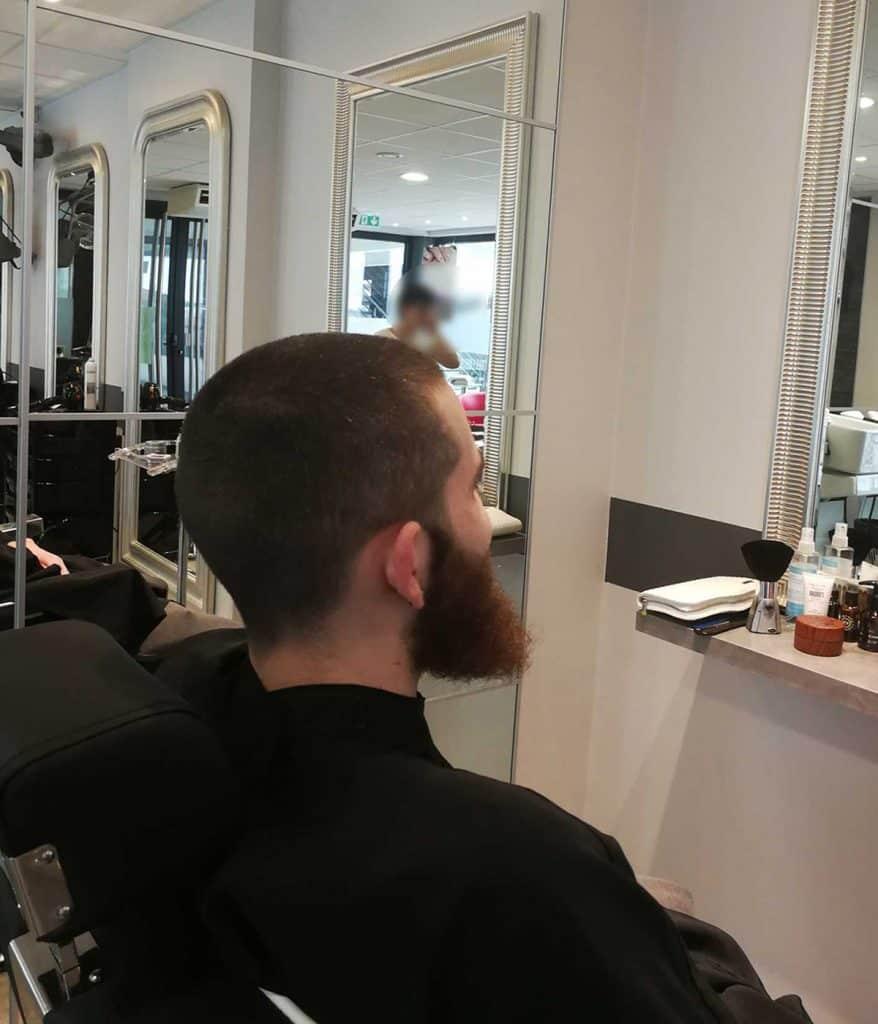 barbe-et-coupe-de-cheveux vue de dèrrière