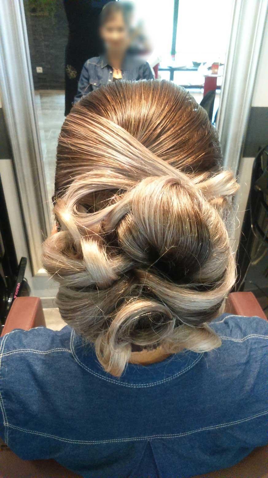 chignon réalisé avec une coiffure en boucles
